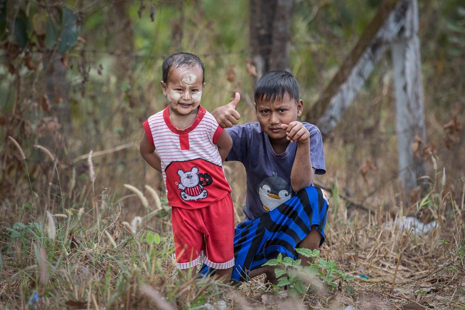 Chłopcy Ludzie Nikon D7200 AF-S Nikkor 70-200mm f/2.8G 0 Myanmar ludzie Natura drzewo roślina drzewiasta roślina dziecko las zabawa przygoda trawa