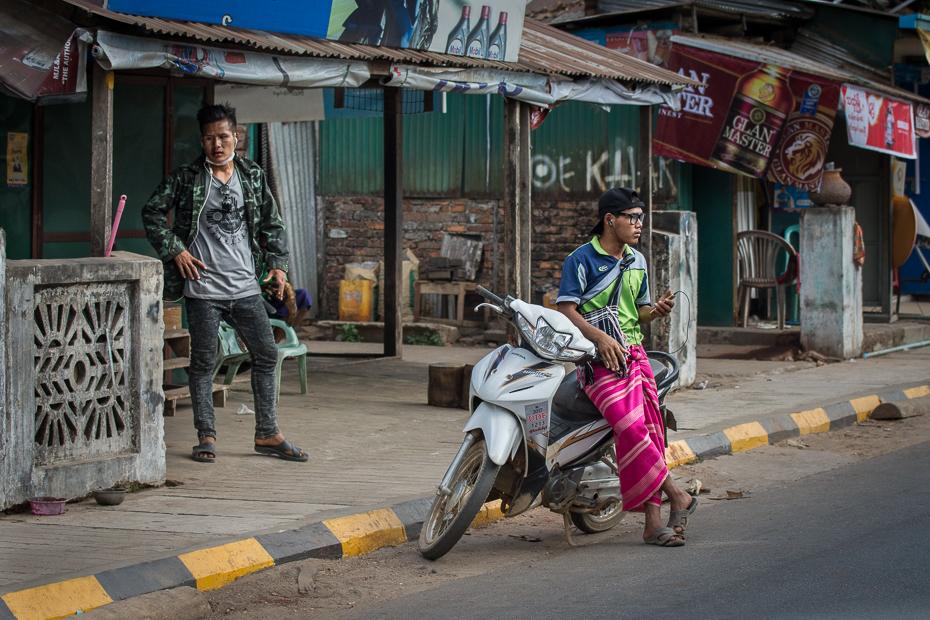 Ulice drodze Nikon D7200 AF-S Nikkor 70-200mm f/2.8G 0 Myanmar Droga ulica infrastruktura miejsce publiczne transport rodzaj transportu miasto obszar miejski pojazd motocykl