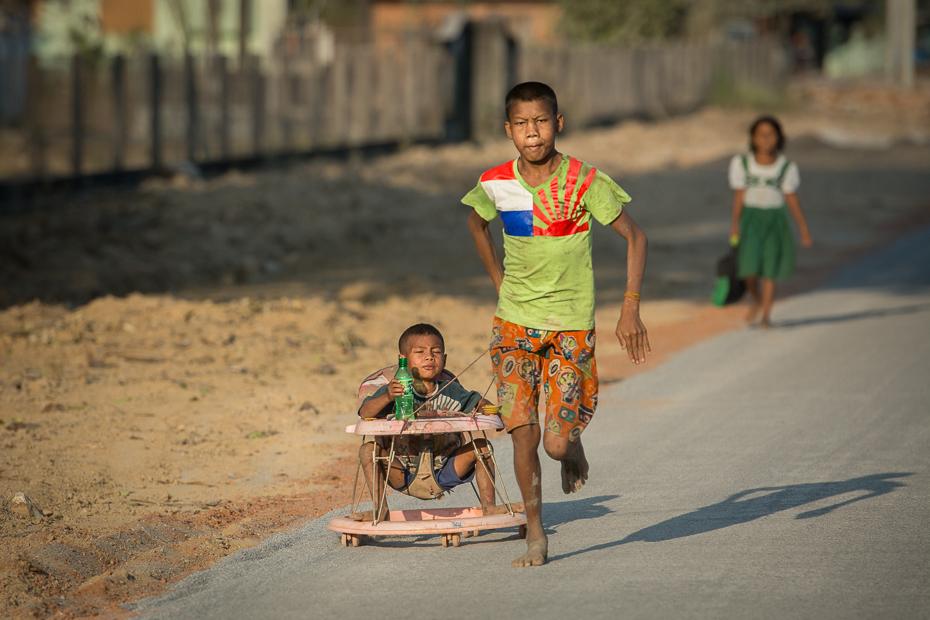Dzieci drodze Nikon D7100 AF-S Nikkor 70-200mm f/2.8G 0 Myanmar ludzie dziecko wakacje zabawa świątynia rekreacja Droga dziewczyna podróżować grać