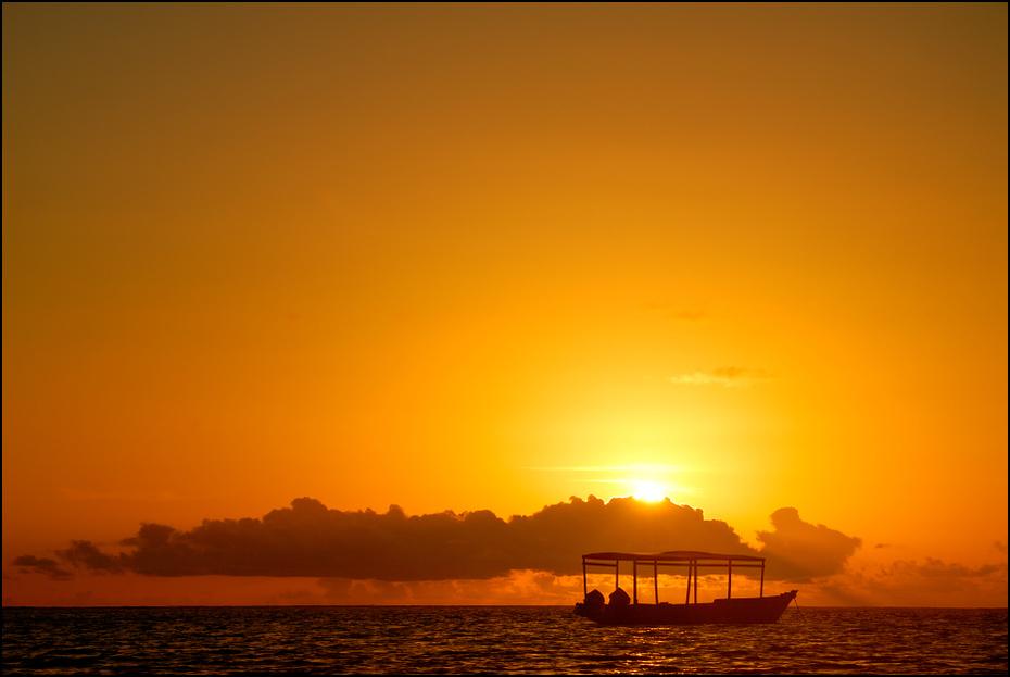 Wschód słońca Zanzibar 0 Nikon D200 AF-S Zoom-Nikkor 18-70mm f/3.5-4.5G IF-ED horyzont poświata niebo słońce zachód słońca wschód słońca spokojna morze świt ranek