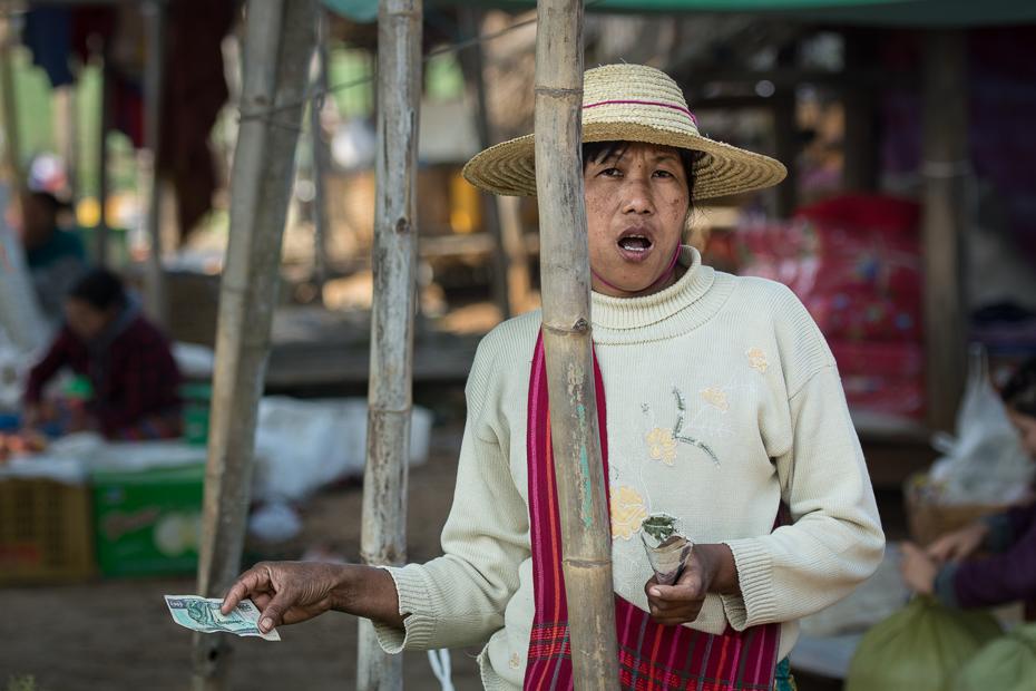 Targowisko Jezioro Inle Nikon D7100 AF-S Nikkor 70-200mm f/2.8G 0 Myanmar miejsce publiczne świątynia człowiek nakrycie głowy Miasto tradycja ulica rynek sprzedawca