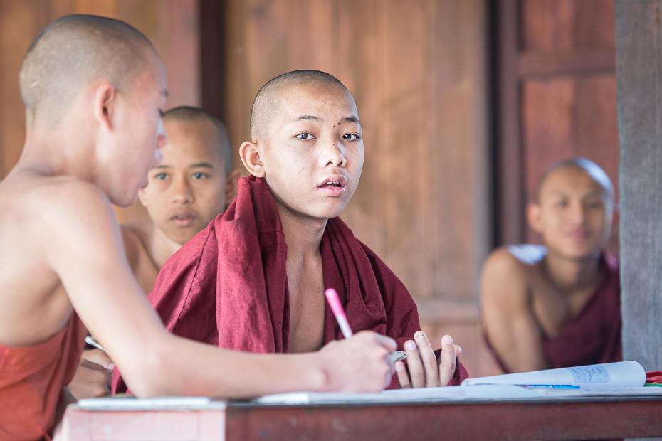 Szkoła dla mnichów Ludzie Nikon D7100 AF-S Nikkor 70-200mm f/2.8G 0 Myanmar osoba mnich dziecko dziewczyna świątynia student zabawa