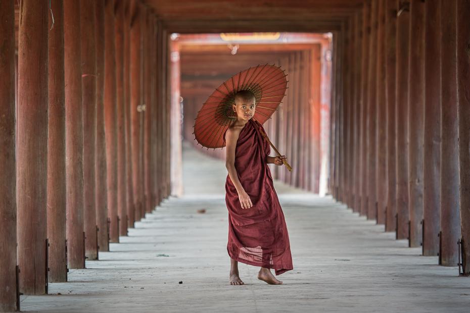 Mnich Ludzie Nikon D7100 AF-S Nikkor 70-200mm f/2.8G 0 Myanmar dziewczyna świątynia sukienka mnich drewno