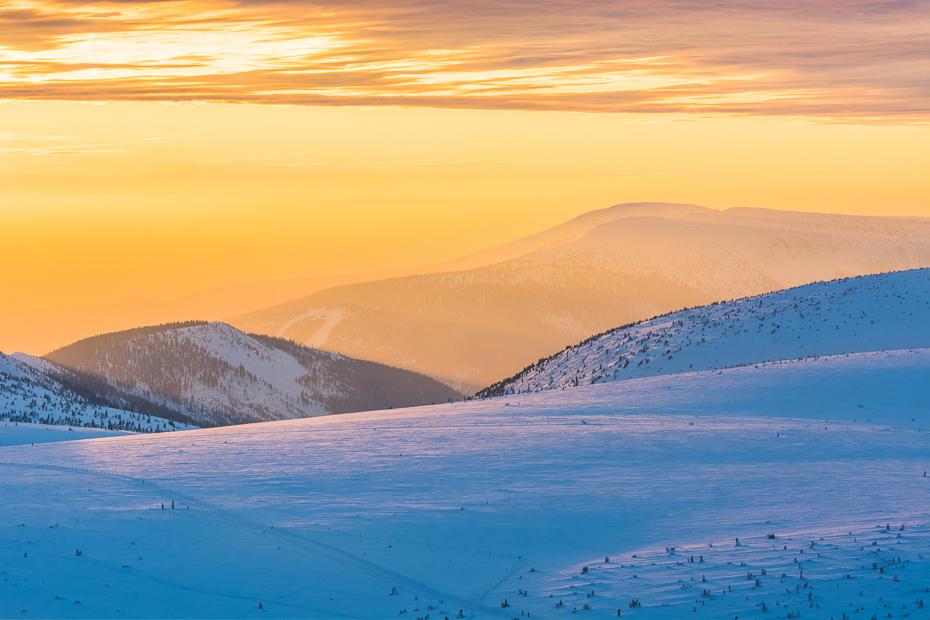 Śnieżka 0 Nikon D7100 AF-S Nikkor 70-200mm f/2.8G niebo śnieg tundra arktyczny horyzont ranek atmosfera zimowy spadł wzgórze