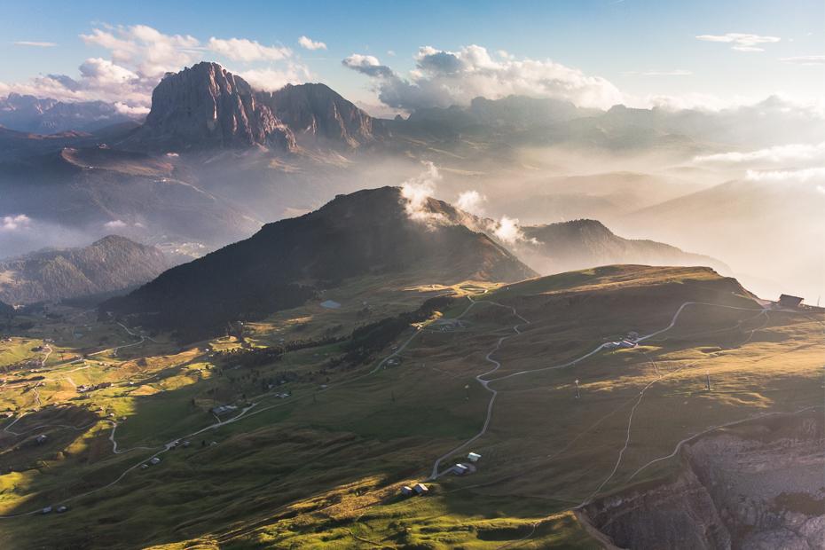 Seceda 0 Dolomity Mavic Air niebo średniogórze górzyste formy terenu Góra pasmo górskie grzbiet Chmura pustynia Fotografia lotnicza atmosfera
