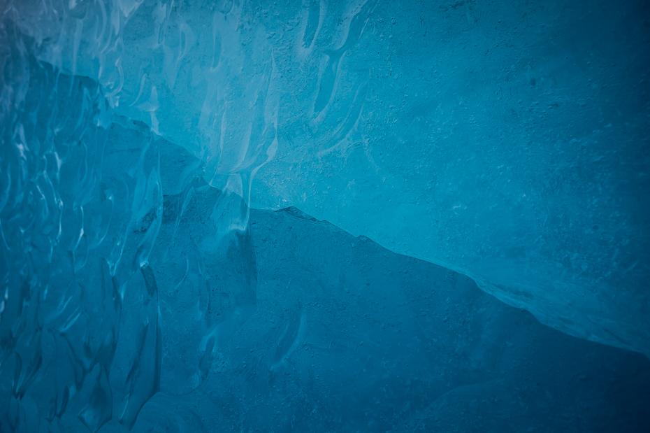 Lodowiec 0 Islandia Nikon Nikkor 24-70mm f/4 niebieski wodny turkus Jaskinia Lodowa lazur cyraneczka woda lodowaty kształt terenu niebo atmosfera