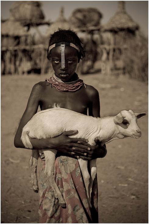 Dassanech Ludzie Nikon D300 AF-S Micro Nikkor 60mm f/2.8G Etiopia 0 ludzie czarny i biały człowiek Ludzkie ciało świątynia nakrycie głowy dłoń plemię ludzkie zachowanie dziewczyna