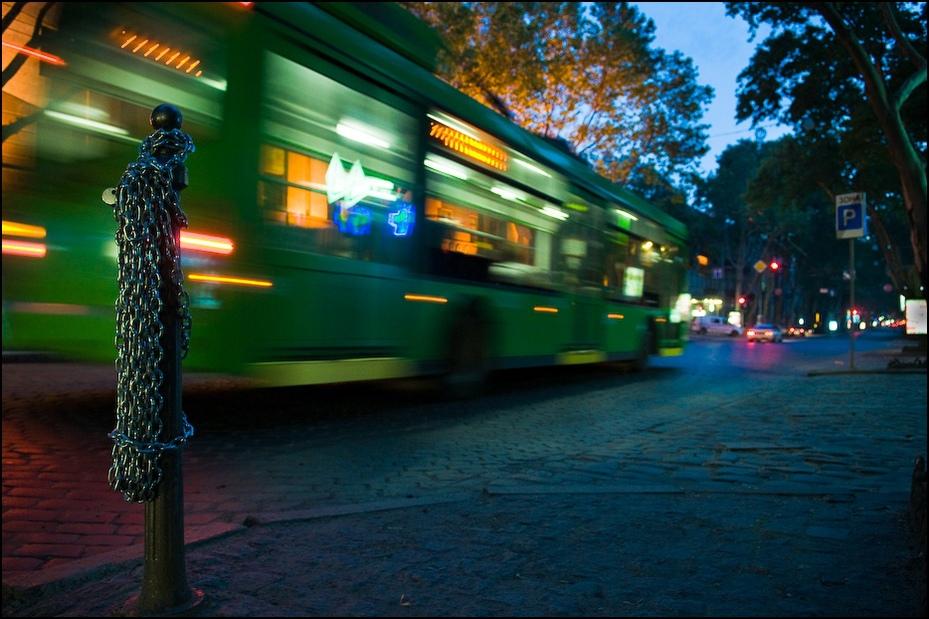 Wieczorny trolejbus Ukraina, Odessa 0 Nikon D300 AF-S Zoom-Nikkor 17-55mm f/2.8G IF-ED noc lekki odbicie obszar miejski wieczór oświetlenie drzewo Miasto obszar Metropolitalny ulica