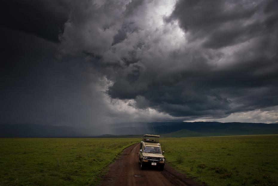 Krater NgoroNgoro Tanzania 0 Nikon D200 AF-S Zoom-Nikkor 17-55mm f/2.8G IF-ED Chmura niebo horyzont ekosystem atmosfera łąka Równina Droga burza pole