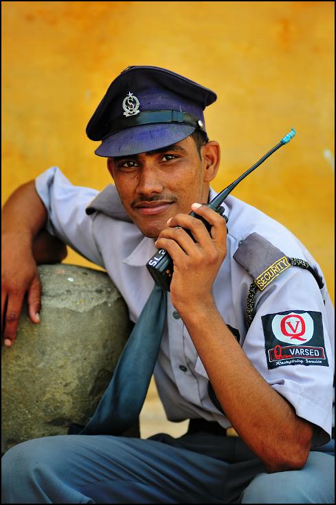 Strażnik Portret Nikon D300 Zoom-Nikkor 80-200mm f/2.8D Indie 0 zawód oficer wojskowy urzędnik nakrycie głowy osoba wojskowa mundur policjant personel