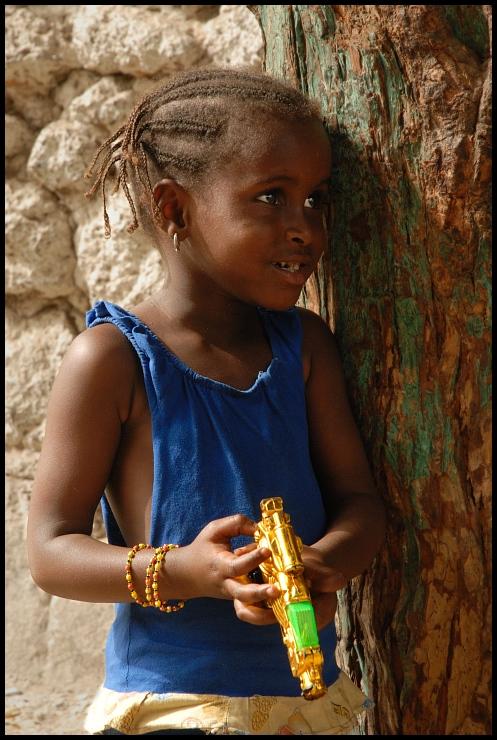 Dziewczynka pistoletem Dakar Nikon D200 AF-S Zoom-Nikkor 18-70mm f/3.5-4.5G IF-ED Senegal 0 dziewczyna oko plemię świątynia człowiek uśmiech dziecko