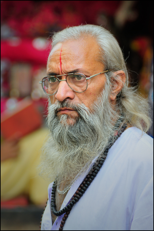 Zamyślony Portret Nikon D300 Zoom-Nikkor 80-200mm f/2.8D Indie 0 włosy zarost człowiek okulary emeryt pielęgnacja wzroku wąsy starszy