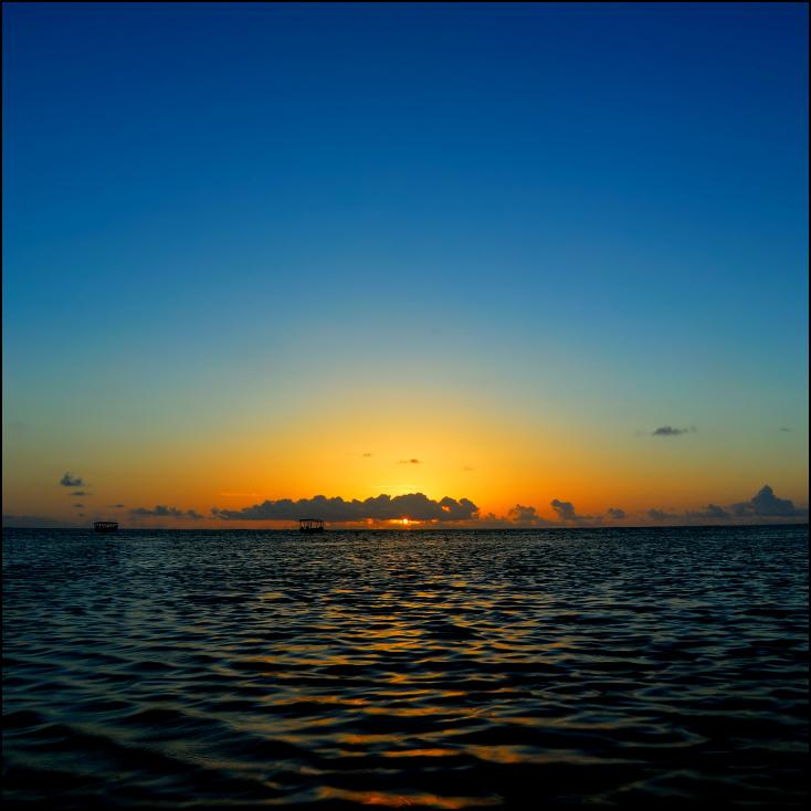Wschód słońca Zanzibar 0 Nikon D200 AF-S Zoom-Nikkor 18-70mm f/3.5-4.5G IF-ED horyzont morze niebo poświata zachód słońca woda spokojna wschód słońca słońce ocean