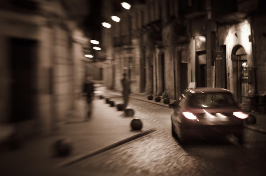Girona Lens Baby Nikon D300 Lensbaby Hiszpania 0 infrastruktura samochód noc ulica czarny i biały migawka obszar miejski fotografia ciemność Miasto