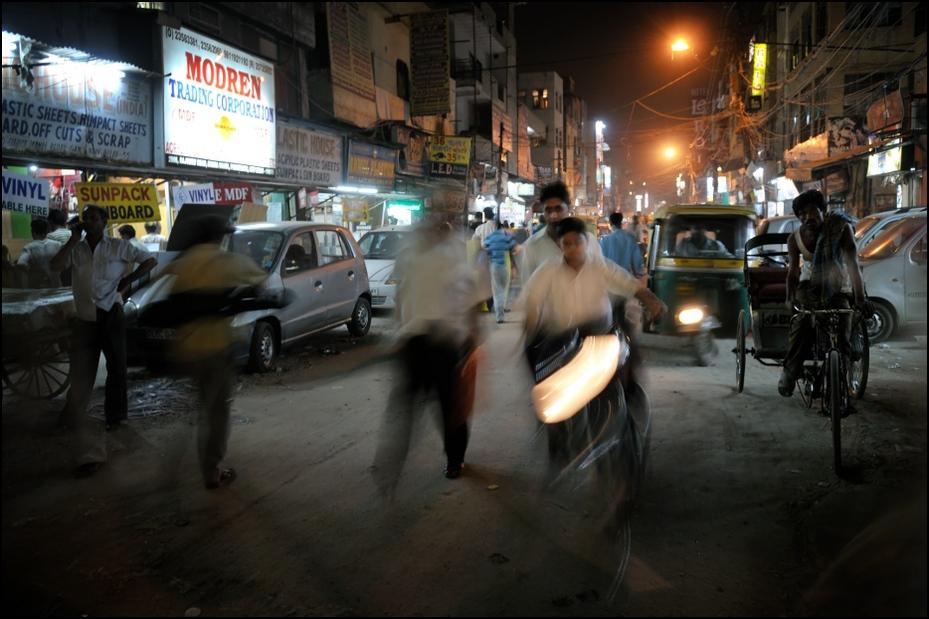 Ulice Delhi Nikon D300 AF-S Zoom-Nikkor 17-55mm f/2.8G IF-ED Indie 0 ulica noc rodzaj transportu migawka pojazd pas ruchu Droga pieszy samochód Miasto