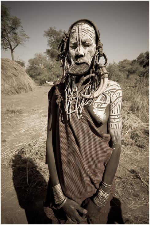 Kobieta Mursi Ludzie Nikon D300 Lensbaby Etiopia 0 ludzie czarny i biały ludzkie zachowanie plemię nakrycie głowy człowiek świątynia drzewo dziewczyna monochromia