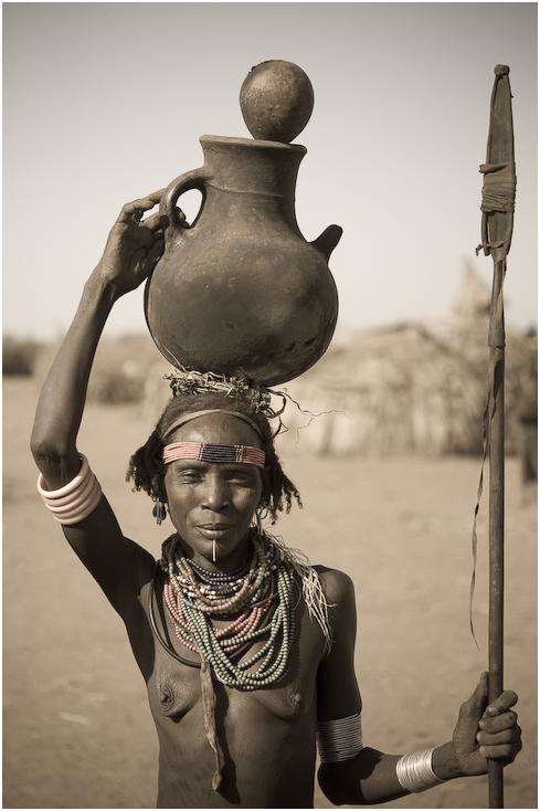 Dassanech Ludzie Nikon D300 AF-S Micro Nikkor 60mm f/2.8G Etiopia 0 ludzie plemię nakrycie głowy ludzkie zachowanie dziewczyna czarny i biały