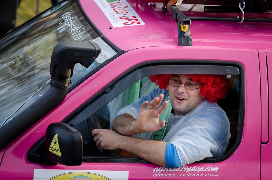 Czerwona peruka różowym samochodzie Start rajdu Nikon D7000 AF-S Nikkor 70-200mm f/2.8G Budapeszt Bamako 0 samochód pojazd silnikowy różowy pojazd projektowanie motoryzacyjne zabawa samochód miejski na zewnątrz samochodu dziewczyna rodzinny samochód