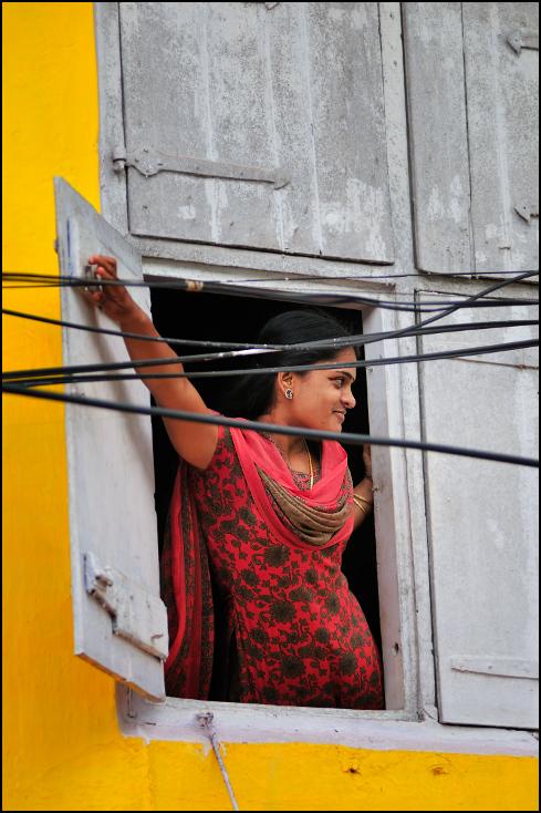 Kobieta oknie Ulice Nikon D300 Zoom-Nikkor 80-200mm f/2.8D Indie 0 żółty świątynia dziewczyna tradycja okno