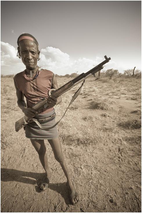 Etiopczyk bronią Ludzie etiopia, broń, karabin Nikon D300 Sigma 10-20mm f/4-5.6 HSM Etiopia 0 ludzie na stojąco czarny i biały człowiek niebo piasek zbiory fotografii ludzkie zachowanie dziewczyna krajobraz
