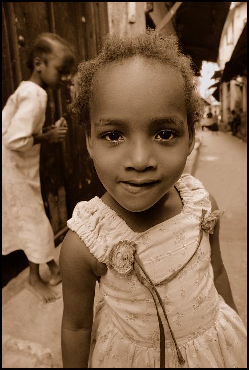 Ulice Stown Town Zanzibar 0 ludzie, street Nikon D200 AF-S Zoom-Nikkor 18-70mm f/3.5-4.5G IF-ED Twarz osoba dziecko dziewczyna oko głowa Ludzkie ciało człowiek uśmiech świątynia