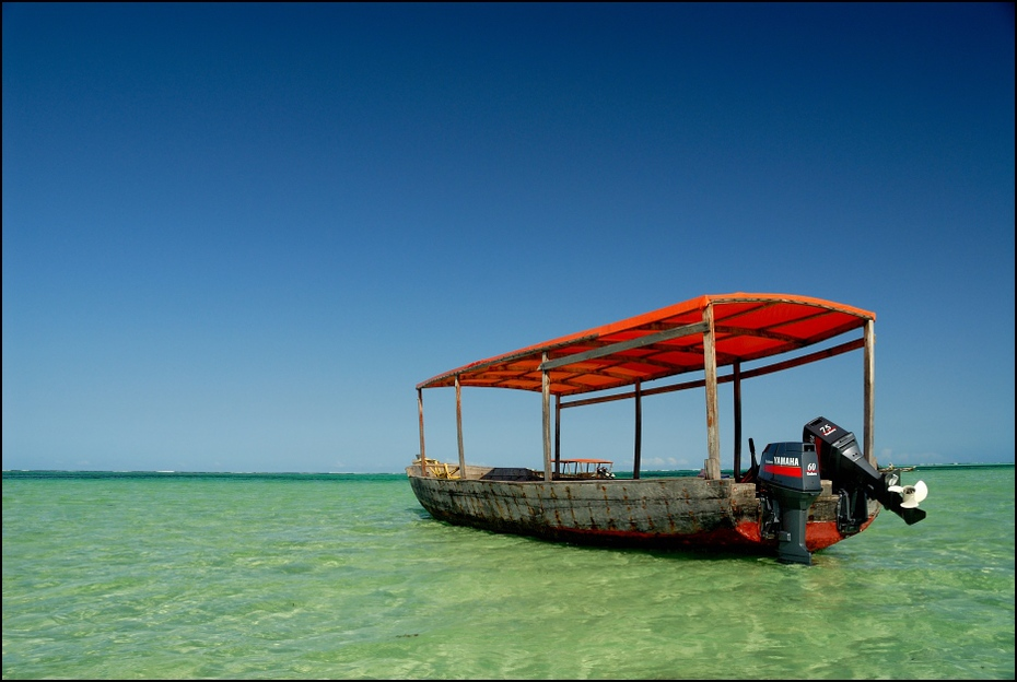 Łódka oceanie indyjskim Zanzibar 0 Nikon D200 AF-S Zoom-Nikkor 18-70mm f/3.5-4.5G IF-ED transport wodny morze niebo łódź woda wolny czas ocean wakacje formy przybrzeżne i oceaniczne Chmura
