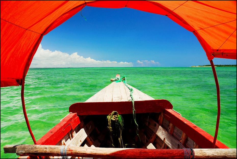Zanzibar łodzi 0 Nikon D200 AF-S Zoom-Nikkor 18-70mm f/3.5-4.5G IF-ED czerwony niebo Zielony parasol woda morze wakacje wolny czas namiot Chmura