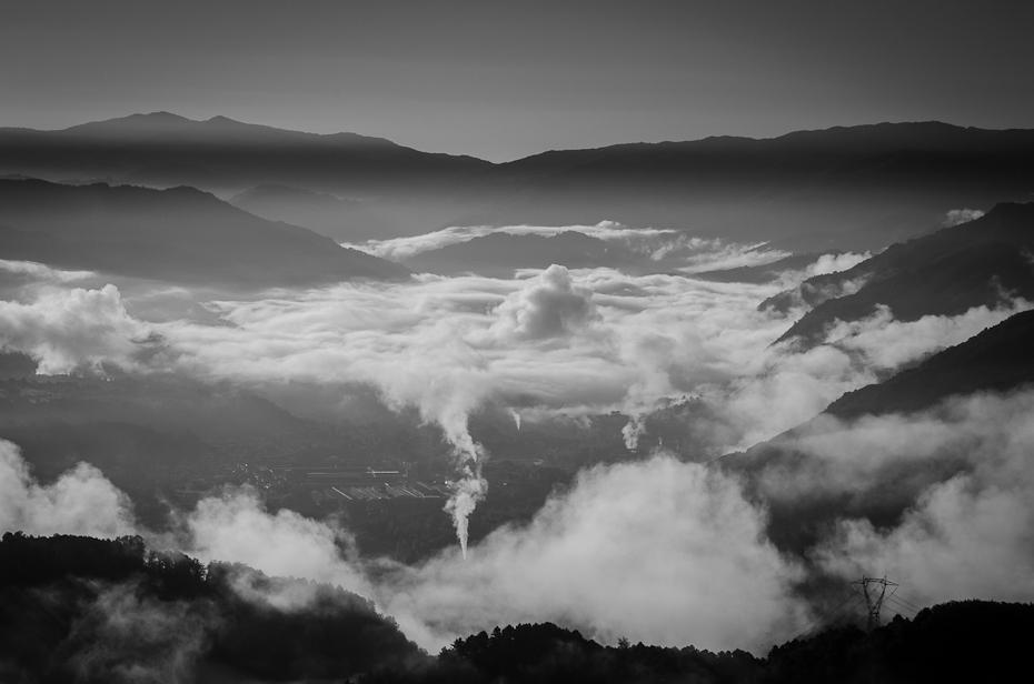 Skąd biorą się chmury Toskania 0 Nikon D7000 AF-S Nikkor 70-200mm f/2.8G niebo czarny i biały Chmura fotografia monochromatyczna atmosfera fotografia monochromia ranek zjawisko Góra