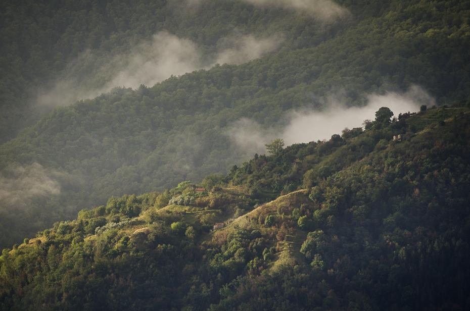 Toskania 0 Nikon D7000 AF-S Nikkor 70-200mm f/2.8G niebo Natura wegetacja górzyste formy terenu Chmura średniogórze zamglenie Góra stacja na wzgorzu las