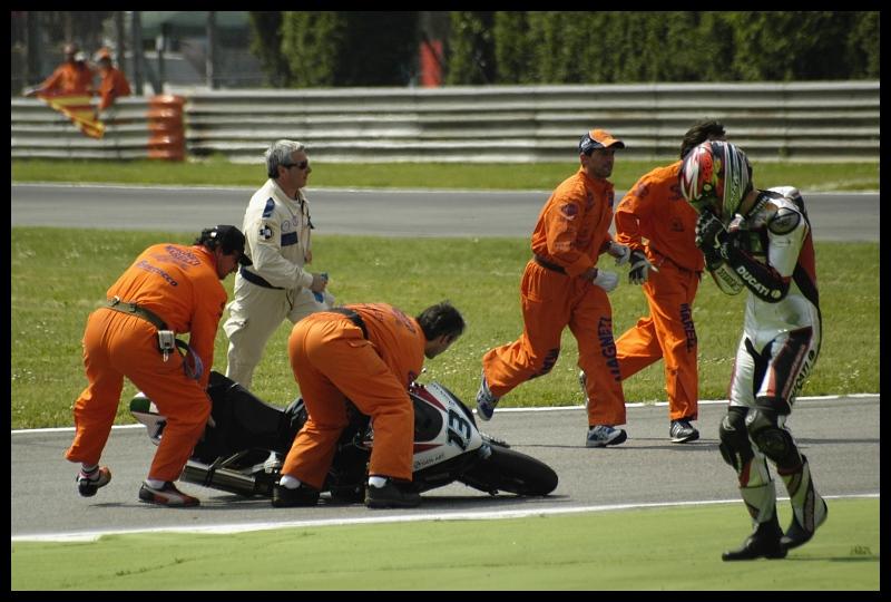#13 Monza Superbike monza superbike corona extra accident Nikon D70 Sigma APO 70-300mm f/4-5.6 Macro Sport Sport drużynowy gracz Gry gra w piłkę sprzęt ochronny w sporcie zespół Sprzęt ochrony osobistej wydarzenie konkursowe zawody