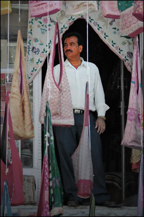 Sprzedawca torebek Portret Nikon D300 Zoom-Nikkor 80-200mm f/2.8D Indie 0 różowy odzież miejsce publiczne włókienniczy odzież wierzchnia tradycja świątynia kostium dziewczyna rynek