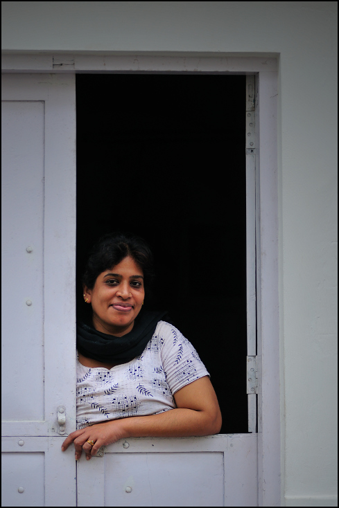 Kobieta drzwiach Portret Nikon D300 Zoom-Nikkor 80-200mm f/2.8D Indie 0 na stojąco dziewczyna ramię migawka drzwi okno lustro posiedzenie uśmiech dom