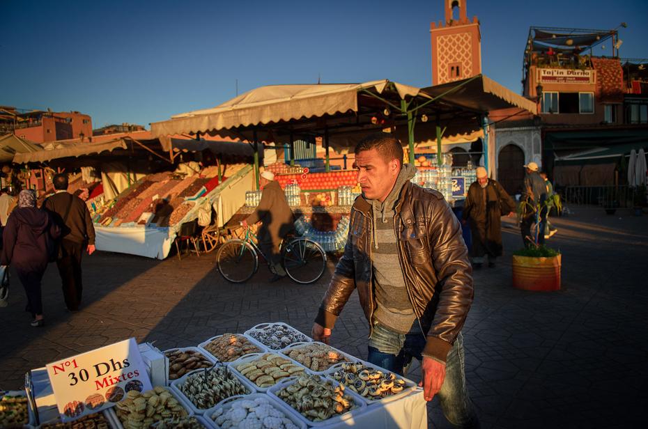 Sprzedawca słodyczy Marrakesz Nikon D7000 AF-S Zoom-Nikkor 17-55mm f/2.8G IF-ED Maroko 0 miejsce publiczne rynek turystyka stoisko niebo Miasto zabawa sprzedawca samochód
