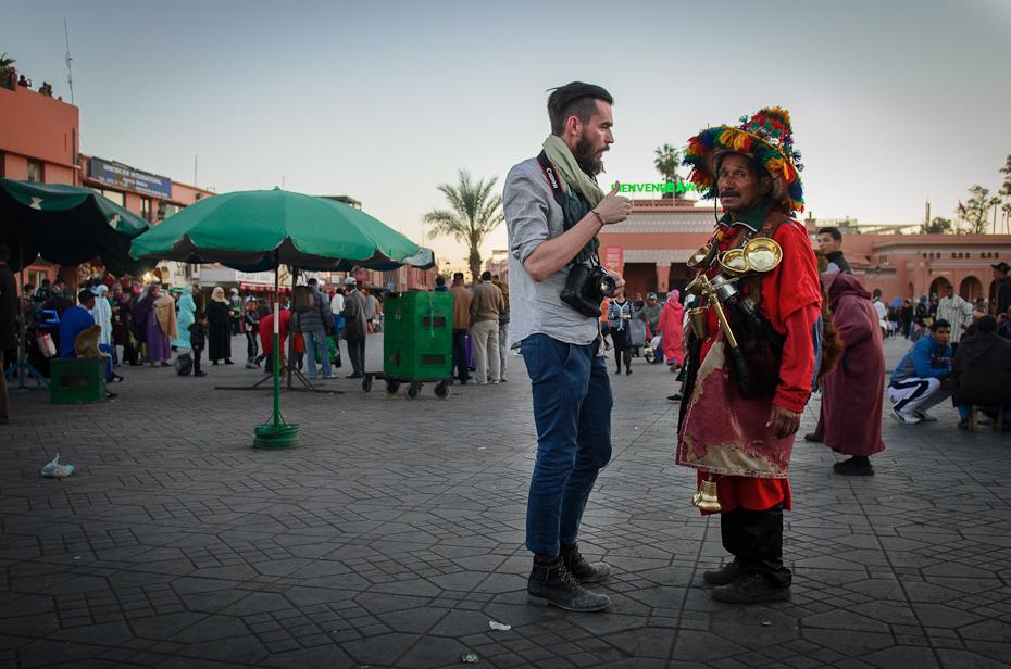 Rozmowa Marrakesz Nikon D7000 AF-S Zoom-Nikkor 17-55mm f/2.8G IF-ED Maroko 0 miejsce publiczne tłum infrastruktura ulica zdarzenie Miasto festiwal zabawa tradycja Droga