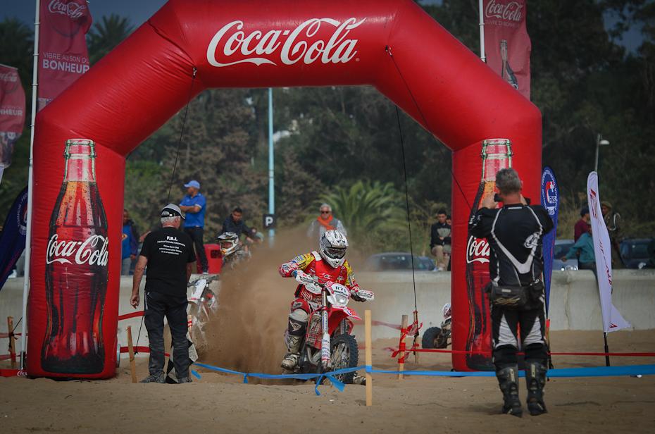 R71 Enduro d'Agadir 0 Nikon D7000 AF-S Nikkor 70-200mm f/2.8G Maroko czerwony wyścigi tor wyścigowy samochód pojazd sporty wytrzymałościowe rekreacja coca cola Cola gazowane napoje bezalkoholowe