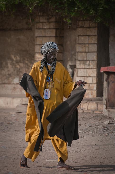Mężczyzna garniturem Senegal Nikon D300 AF-S Nikkor 70-200mm f/2.8G Budapeszt Bamako 0 żółty nakrycie głowy świątynia tradycja kostium rekreacja
