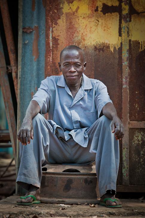 Mechanik Niokolo-Koba Senegal Nikon D300 AF-S Nikkor 70-200mm f/2.8G Budapeszt Bamako 0 niebieski fotografia człowiek posiedzenie osoba męski emeryt świątynia na stojąco