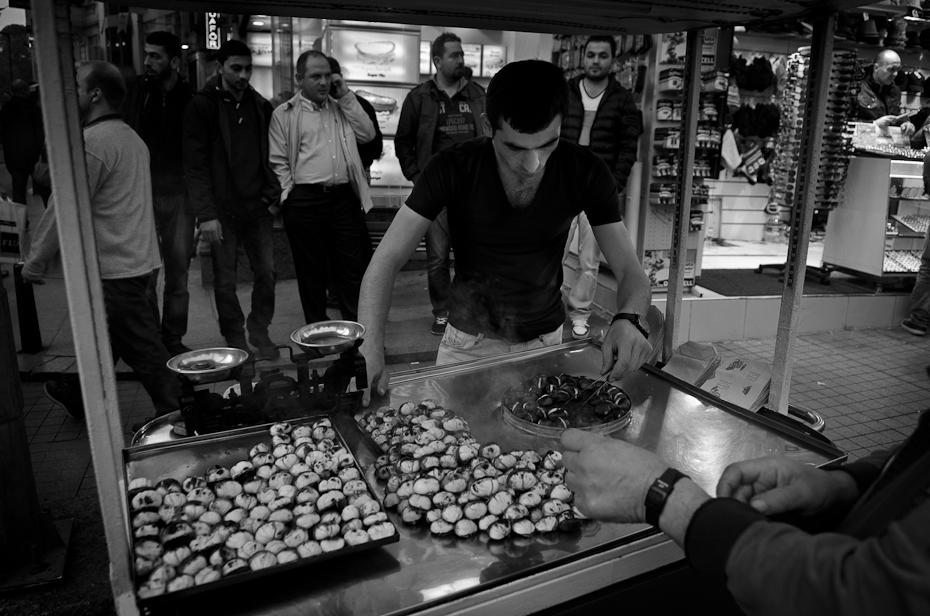 Sprzedawca kasztanów Street Nikon D7000 AF-S Zoom-Nikkor 17-55mm f/2.8G IF-ED Stambuł 0 czarny czarny i biały miejsce publiczne infrastruktura migawka fotografia fotografia monochromatyczna ulica monochromia noc