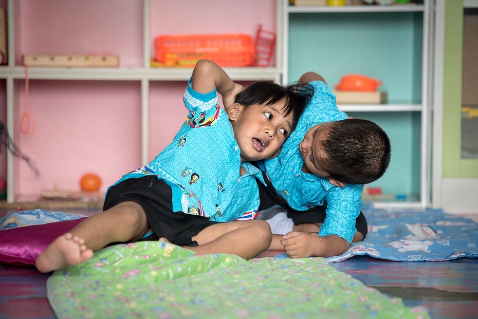 Szkoła wyspie Edukacja nikon d750 Nikon AF-S Nikkor 70-200mm f/2.8G Tajlandia 0 ludzie dziecko skóra pokój dziewczyna zabawa Brzdąc posiedzenie Dziecko uśmiech