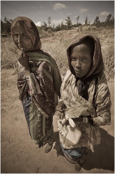 Kobiety Ludzie Nikon D300 Sigma 10-20mm f/4-5.6 HSM Etiopia 0 ludzie fotografia ludzkie zachowanie dziewczyna człowiek gleba drzewo dziecko piasek zbiory fotografii