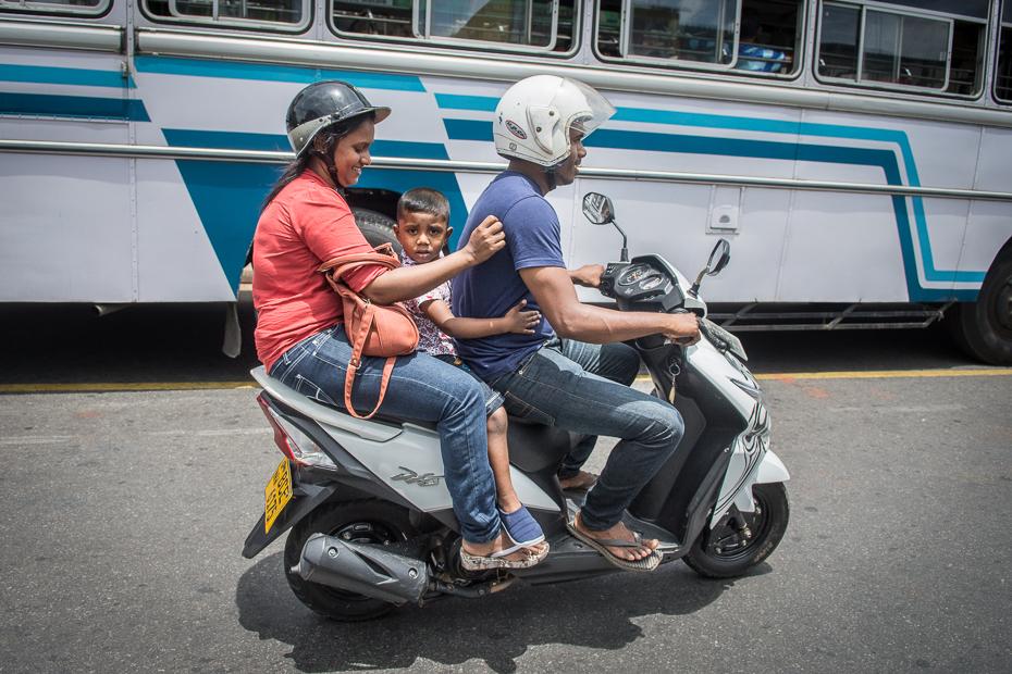 Rodzina drodze Street Nikon D7200 AF-S Zoom-Nikkor 17-55mm f/2.8G IF-ED Sri Lanka 0 pojazd lądowy samochód skuter pojazd motocykl rodzaj transportu ulica motocykli pojazd silnikowy projektowanie motoryzacyjne