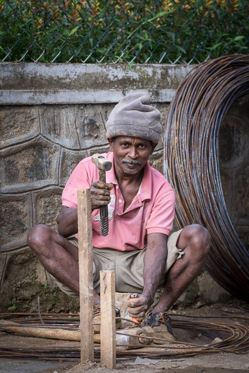 Tamil Street Nikon D7200 Nikkor AF-S 70-200 f/4.0G Sri Lanka 0 drzewo męski posiedzenie plemię świątynia ludzkie zachowanie roślina gleba robotnik