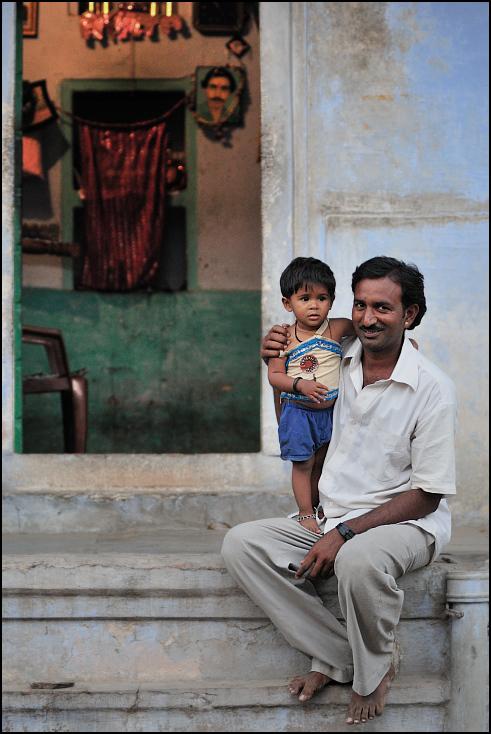 Ojciec syn Portret Nikon D300 Zoom-Nikkor 80-200mm f/2.8D Indie 0 ludzie fotografia wyraz twarzy człowiek posiedzenie męski migawka na stojąco uśmiech