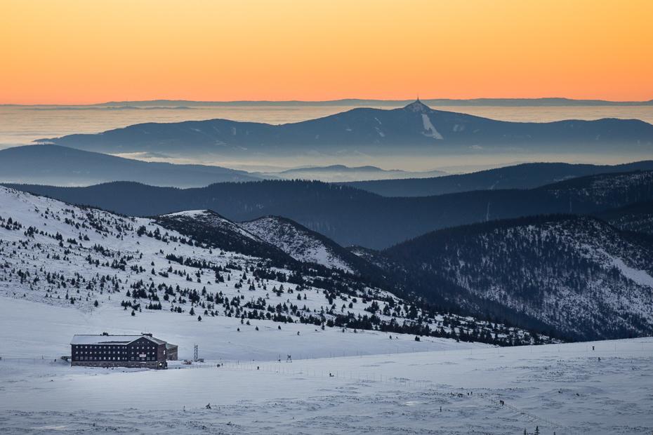 Góry Śnieżka Nikon D7200 Nikkor AF-S 70-200 f/4.0G śnieg niebo zimowy górzyste formy terenu horyzont pasmo górskie Góra spadł zamrażanie ranek
