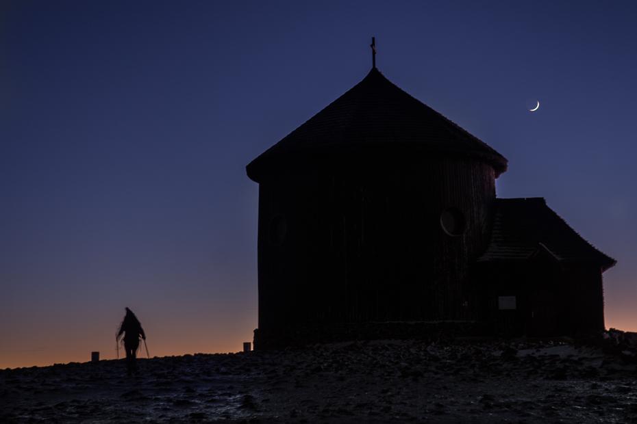 Śnieżka Nikon D7200 AF-S Zoom-Nikkor 17-55mm f/2.8G IF-ED niebo ciemność zmierzch noc zjawisko atmosfera budynek wieczór kaplica świt