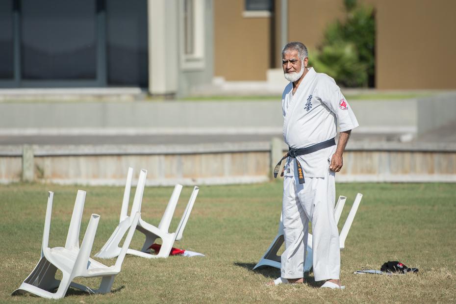 Karateka Street Nikon D7100 AF-S Nikkor 70-200mm f/2.8G Namibia 0 biały Gry człowiek gra w piłkę kij do krykieta trawa Sport zawody trawnik rekreacja