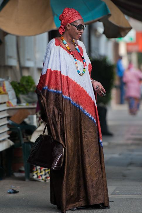 Kobieta telefonem komórkowym Senegal Nikon D300 AF-S Nikkor 70-200mm f/2.8G Budapeszt Bamako 0 odzież wierzchnia kostium tradycja nakrycie głowy zabawa