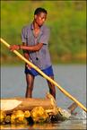 Rybak na jeziorze Chamo
