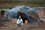 Mieszkaniec Mauretanii przed chatą