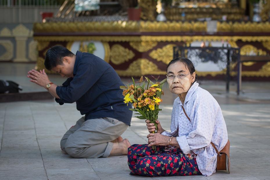 Modlitwa Ludzie Nikon D7200 AF-S Nikkor 70-200mm f/2.8G 0 Myanmar posiedzenie świątynia tradycja podróżować religia kwiat dziewczyna Droga ulica turystyka